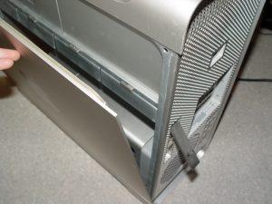 Une fois le levier actionné, le panneau latéral pivote librement sur sa base