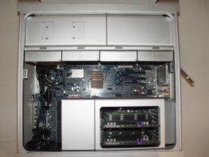 Le mac sans l'unité de ventilation. On peut voir le rail plastique qui assure sa fixation inférieure, et qui pose tant de difficulté au démontage